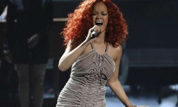 4a1f9fc3f Rihanna rouba a cena na NYFW com o desfile de sua grife de lingerie ...