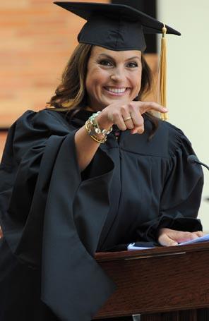 Mariska Hargitay faz discurso em universidade - Estrelando