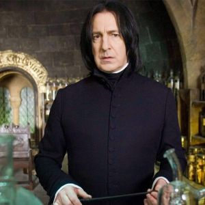 Alan Rickman. Foto do site da Entretenimento R7 que mostra Relembre as muitas faces de Alan Rickman no mundo do cinema!