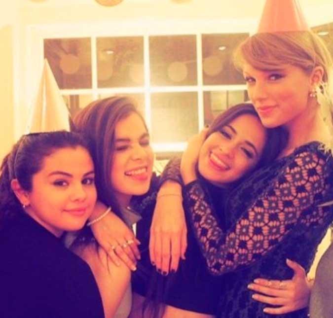 Taylor e outras amigas estiveram juntas no evento de gala CMT Awards, nesta  quarta-feira, dia 8 4b5e33b799