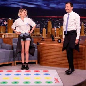 Kristen Stewart e Jimmy Fallon jogam Twister e fazem as poses mais difíceis e engraçadas no Tonight Show, confira!
