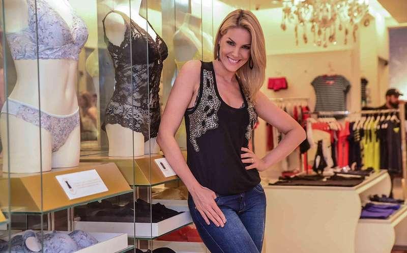 ade5d8258ac63 A apresentadora esteve em loja de lingeries em badalada rua da capital  paulista