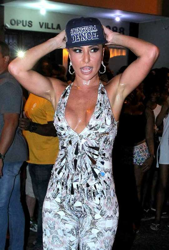 260f68153cd7f Sabrina Sato cai no samba em noite de ensaio da Vila Isabel - Estrelando