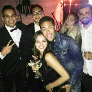 Bruna Marquezine curte festa de aniversário de Neymar e desce até o chão, vem ver!