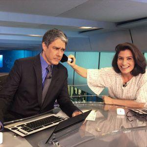 Renata Vasconcellos retoca maquiagem de William Bonner nos bastidores do Jornal Nacional, vem ver!