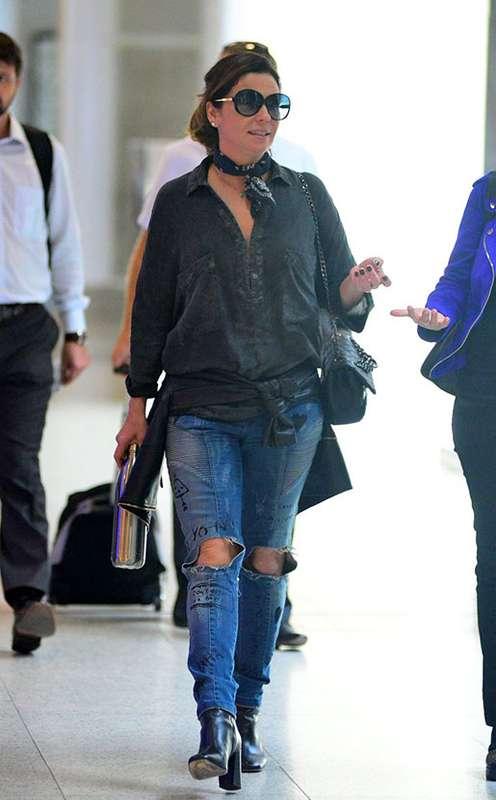 05bb41e47 A moda do destroyed jeans ganhou espaço no guarda-roupa das famosas e você  aprende a montar looks cheio de estilo aqui