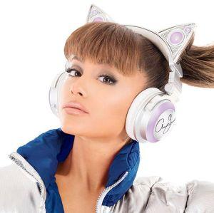 Ariana Grande volta para os Estados Unidos após tragédia em Manchester e é vista abatida em desembarque