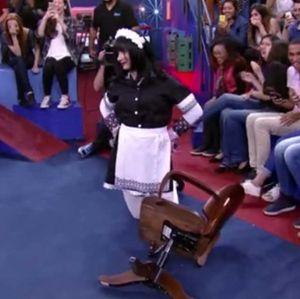 Marco Luque leva tombo da cadeira no Altas Horas: - Eu não caí, eu pousei