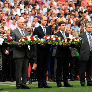 Príncipe William deixa flores em estádio da Inglaterra para homenagear vítimas do ataque em show de Ariana Grande