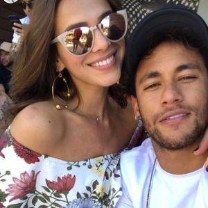 Bruna Marquezine troca beijinhos com Neymar e se declara: Te amo muito. Hoje e sempre. Assista!