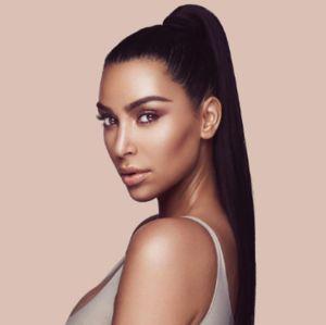 Kim Kardashian se explica após acusação de blackface em campanha de maquiagem e rebate que sua coleção seja igual a de Kylie Jenner