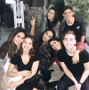 Solteira após fim do namoro com Neymar, Bruna Marquezine curte festa com amigos e canta música religiosa