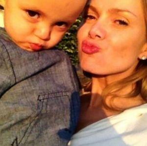 Ainda em repouso absoluto, Eliana posa com o filho, Arthur: Me ensinou muitas coisas