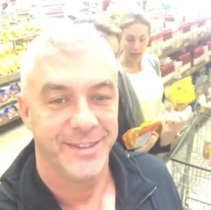 8f1a27c354c07 Marido de Ana Hickmann mostra a apresentadora fazendo supermercado bem à  vontade!