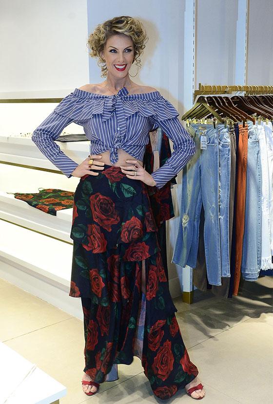 e0e8a3a361360 Ana Hickmann inova no penteado para o lançamento de sua nova coleção de  roupas