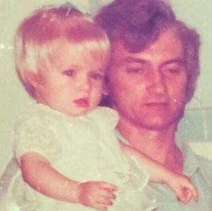 Angélica posta registro no colo do pai e fãs adoram: Você parecia uma boneca
