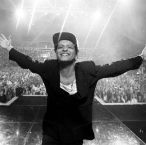 No escurinho, Bruno Mars e Zandaya sensualizam no clipe de Versace On The Floor, assista!