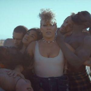 Pink divulga clipe de What About Us, que traz tom político