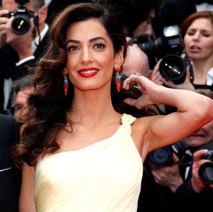 Amal Clooney tem vitória em defesa de mulheres vítimas do Estado Islâmico