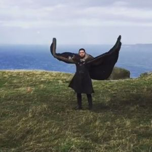Emilia Clarke mostra Kit Harington imitando um dragão nos bastidores de Game of Thrones, assista!