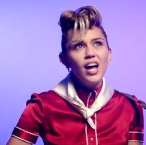 Miley Cyrus aparece de Elvis Presley em clipe de Yonger Now, confira!
