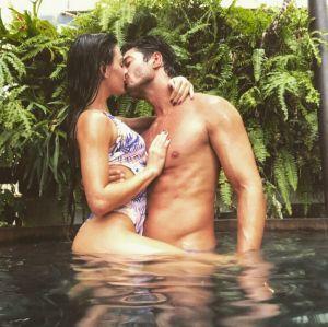 Que beijão! Isis Valverde é toda amor em foto com o namorado, confira!