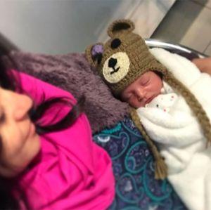 Carol Castro leva filha para primeira consulta no pediatra: Com esse frio?