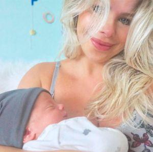 Karina Bacchi mostra vídeo emocionante do nascimento do filho, veja!