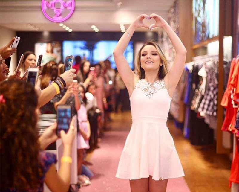 Excepcional Larissa Manoela lança coleção de roupas em evento, confira fotos  TW72