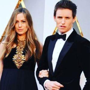 Eddie Redmayne. Foto do site da Entretenimento R7 que mostra Eddie Redmayne e sua esposa, Hannah, estão esperando o segundo filho. Confira os famosos que anunciaram que serão papais em 2017!