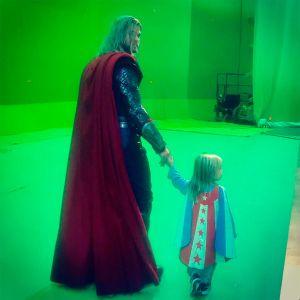 Chris Hemsworth. Foto do site da Entretenimento R7 que mostra Chris Hemsworth posta foto com o filho caracterizado de superherói: Passando a tocha!. Veja outras fotos divertidas dos famosos!