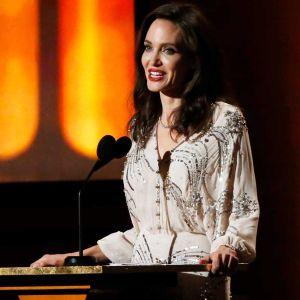 Emma Stone. Foto do site da Entretenimento R7 que mostra Angelina Jolie, Jennifer Lawrence, Emma Stone e mais famosos marcam presença no Governors Awards 2017