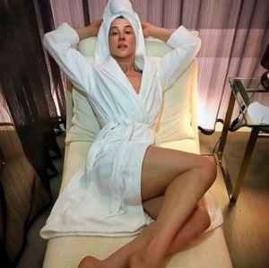Claudia Raia. Foto do site da Entretenimento R7 que mostra Sem maquiagem e enrolada em roupão, Claudia Raia recebe elogios em clique publicado no Instagram