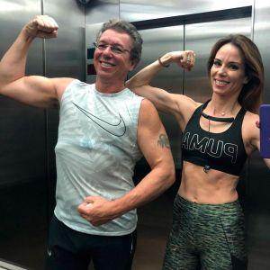 Ana Furtado. Foto do site da Entretenimento R7 que mostra Ana Furtado e Boninho mostram a boa forma juntos: Casal Fit. Confira os famosos que pegam pesado na malhação!