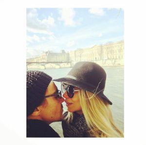 Danielle Winits. Foto do site da Entretenimento R7 que mostra Danielle Winits e André Gonçalves celebram um ano de casados com troca de mimos nas redes!