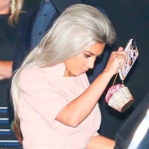 Chrissy Teigen. Foto do site da Entretenimento R7 que mostra Kim Kardashian, Kanye West e Kris Jenner vão a aniversário temático de Chrissy Teigen!