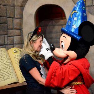 Dani Calabresa. Foto do site da Entretenimento R7 que mostra Veja os melhores momentos de Dani Calabresa nos parques da Disney!
