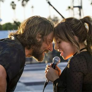 Bradley Cooper. Foto do site da Entretenimento R7 que mostra Lady Gaga aparece em novas fotos ao lado de Bradley Cooper em Nasce Uma Estrela!