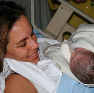 Famosos. Foto do site da Entretenimento R7 que mostra Ana Furtado relembra nascimento da filha com clique postado nas redes. Confira os famosos que reviraram o baú na internet!