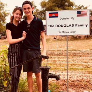 Catherine Zeta Jones. Foto do site da Entretenimento R7 que mostra Em clique raro, Catherine ZetaJones anuncia doação de terras para famílias carentes
