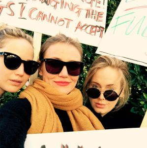 Adele. Foto do site da Entretenimento R7 que mostra Discurso empoderador de Viola Davis e presença de Jennifer Lawrence, Adele e Cameron Diaz são destaques na Marcha das Mulheres. Saiba tudo o que rolou!