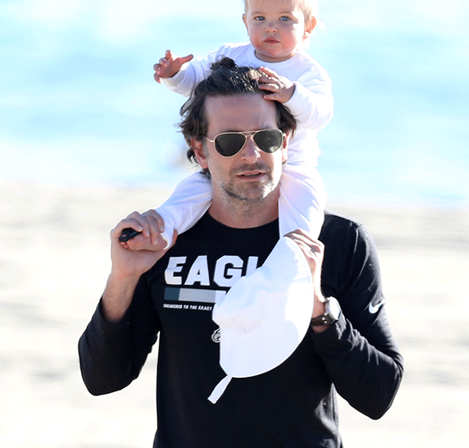 Bradley Cooper. Foto do site da Entretenimento R7 que mostra Em momento raro, Bradley Cooper e Irina Shayk são flagrados com a filha, veja fotos!