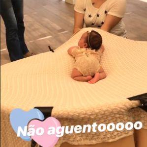 Ensaio Patricia. Foto do site da Entretenimento R7 que mostra Patrícia Abravanel mostra bastidores de ensaio fotográfico com filha recémnascida, confira!