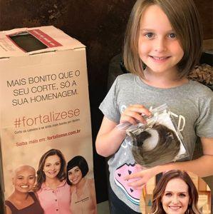 Fernanda Rodrigues. Foto do site da Entretenimento R7 que mostra Filha de Fernanda Rodrigues abandona o cabelão por uma boa causa. Confira as celebridades que já doaram as suas madeixas!