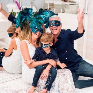Foto do site da  que mostra Ana Hickmann faz ensaio fotográfico em família para celebrar 20 anos de casamento, confira as fotos!