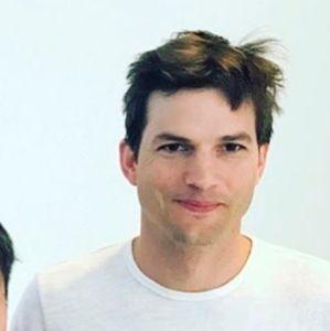 Demi Moore. Foto do site da Entretenimento R7 que mostra Ashton Kutcher diz que ficou à base de água e chá em retiro espiritual para superar separação de Demi Moore