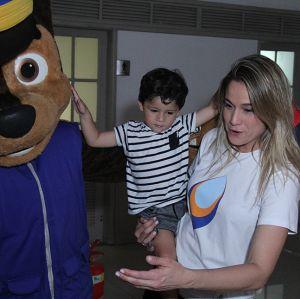 Fernanda Gentil. Foto do site da Entretenimento R7 que mostra Fernanda Gentil é flagrada usando aliança durante evento beneficente no Rio de Janeiro
