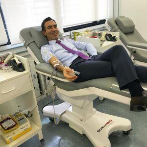 Cesar Tralli. Foto do site da Entretenimento R7 que mostra César Tralli faz a sua parte e mostra clique doando sangue. Veja quem são os famosos que já fizeram boas ações!