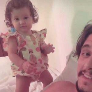 Bruno Gissoni. Foto do site da Entretenimento R7 que mostra Bruno Gissoni mostra Madalena ficando em pé pela primeira vez, veja as fotos!