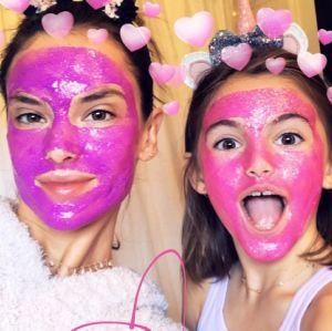 Alessandra Ambrosio. Foto do site da Entretenimento R7 que mostra Alessandra Ambrósio curte dia divertido com a filha após rumores de separação